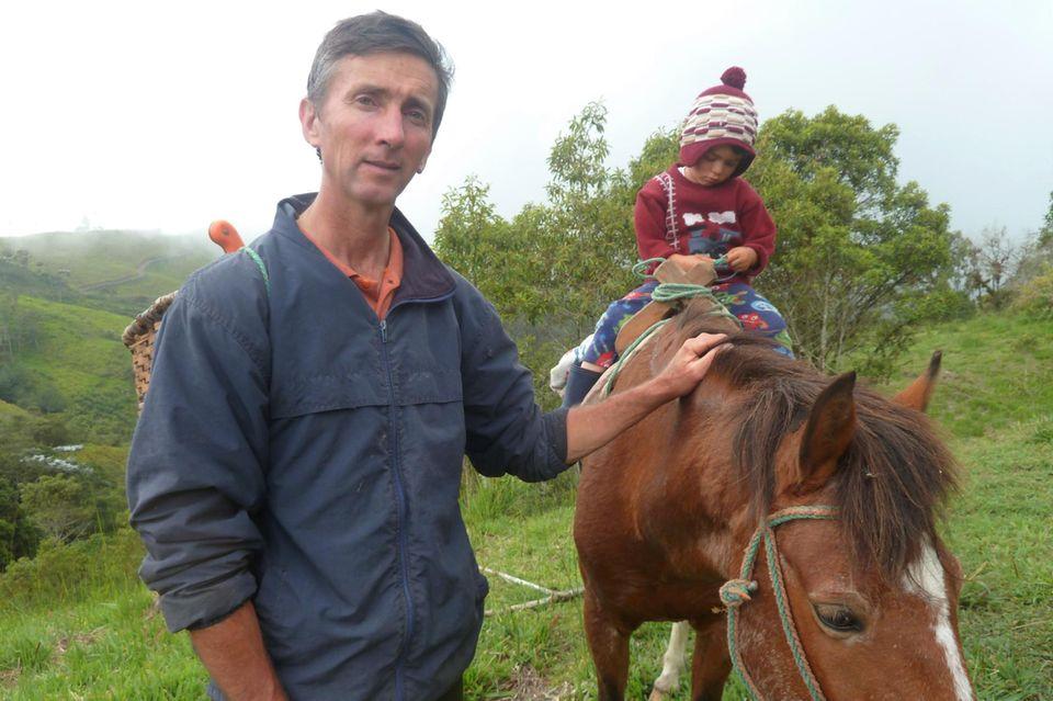 Ned Cresswell (mit Sohn) erreicht seine Farm nur per Pferd