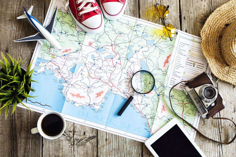 Karte zur Reiseplanung liegt auf dem Tisch