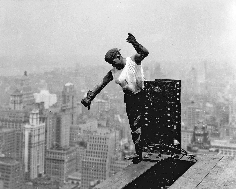 Worker on the Empire State Building 1931 Photo by Lewis Hine WHA PUBLICATIONxINxGERxSUIxAUTxONLY  https://de.wikipedia.org/wiki/Lewis_Hine  1930 erhielt Hine den Auftrag, den Bau desEmpire State Buildingfotografisch zu begleiten. Zusammen mit seinem Sohn Corydon machte er als 56-Jähriger über 1000 Aufnahmen. Das Projekt dauerte ein halbes Jahr. 1932 veröffentlichte Hine den BildbandMen At Work, in dem er seiner Faszination für die menschliche Beherrschung der Natur mit Hilfe der Technik Ausdruck verlieh.