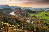 Schloss Neuschwanstein mit Füssen im Hintergrund