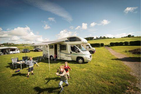 """Camping birgt Abenteuer für vier, besonders auf dem """"Arterhof"""". Zu schnell ist dann Abend. Kinners, wie die Zeit vergeht!"""