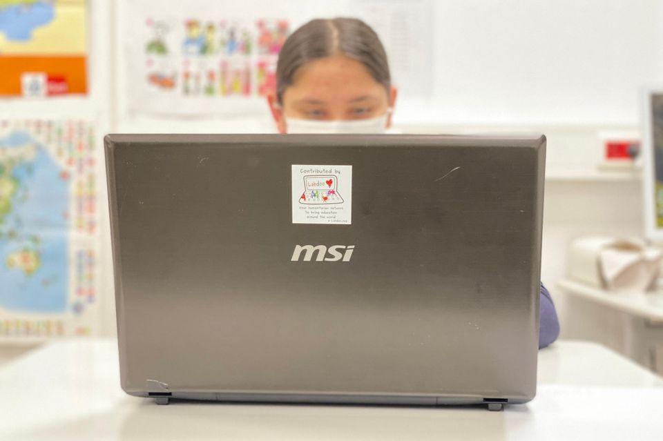 Ein Mädchen mit Laptop