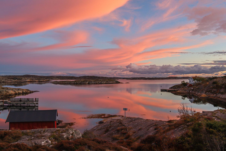 """04.05.2021      """"Ich glaube dieser Sonnenuntergang zählt zu den schönsten und magischsten, die ich je gesehen habe. Das war ein absoluter Wow-Moment.""""      Ort:Kirkesund, Schweden  Kamera:Canon EOS M50 / EF-M15-45mm f/3.5-6.3 IS STM  Mehr Fotos vonJacky Bertlich"""