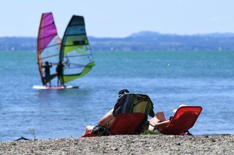 Urlauber sonnen sich am Bodensee