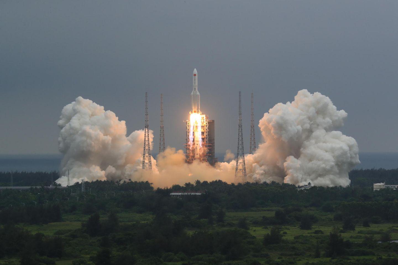 """Die Kombination aus dem Kernmodul """"Tianhe"""" der chinesischen Raumstation und der Langer-Marsch-5B-Y2-Rakete startet von der Wenchang Spacecraft Launch Site in der südchinesischen Provinz Hainan. Mit dem Bau einer eigenen Raumstation beginnt China das bisher größte Vorhaben seines ehrgeizigen Weltraumprogramms"""