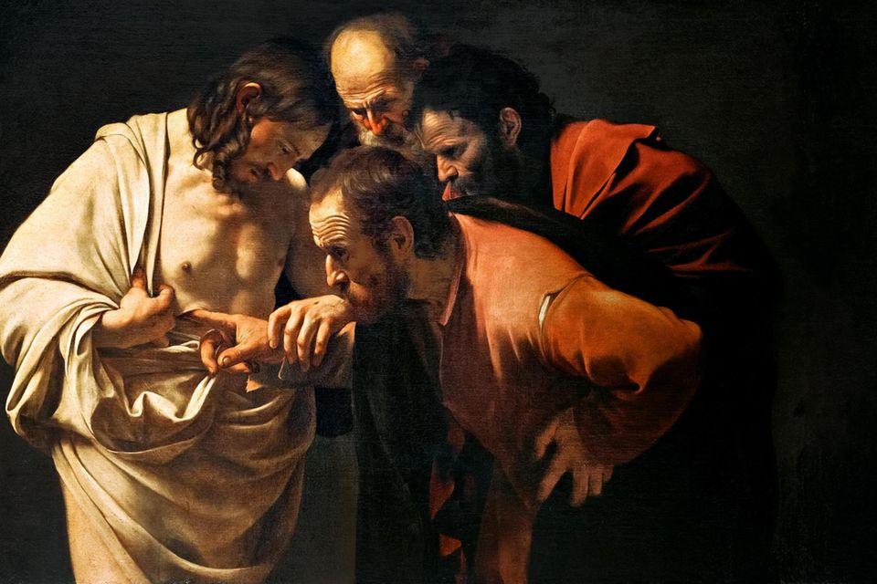 Der italienische Barockkünstler Caravaggio, von dem alle Abbildungen in diesem Beitrag stammen, malt zahlreiche Szenen aus Jesu Leben und Tod. In diesem Gemälde zeigt er die Skepsis eines Jüngers, der die Wunden des angeblich Auferstandenen untersucht (»Der ungläubige Thomas«, um 1603)