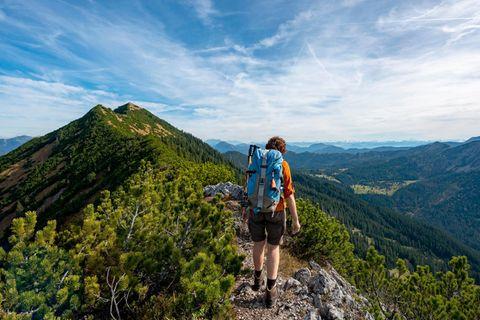 Wanderin in den Blaubergen in Bayern