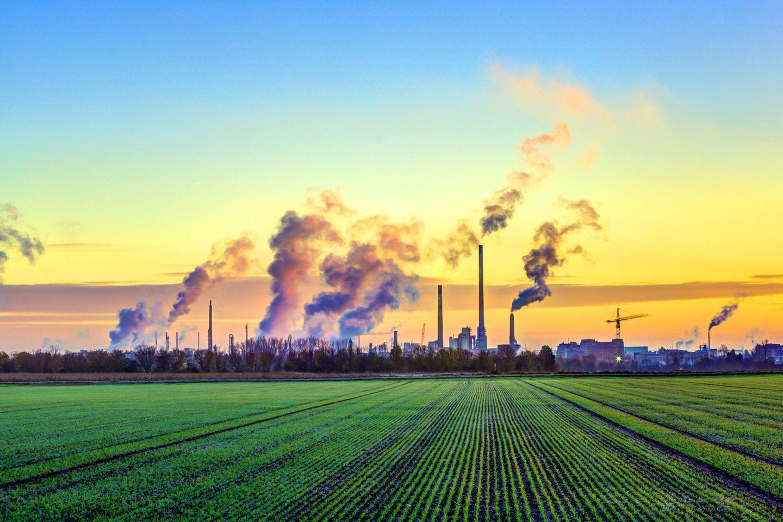 Industriekompex am Rand von Frankfurt: Klimaschutz betrifft nicht nur Industrie und Handel - sondern jede(n)