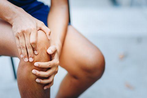 Es kann schnell gehen: Ein falscher Tritt beim Joggen und plötzlich schmerzt das Knie