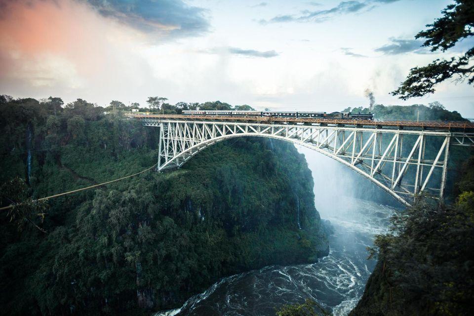 1855 taufte der Entdecker David Livingstone den Wasserfall des Sambesi zu Ehren seiner Königin »Victoria Falls«. Die Einheimischen nennen ihn Mosi oa Tunya, »donnernder Rauch«, wegen der mitunter mehr als 300 Meter hohen Gischtwolke