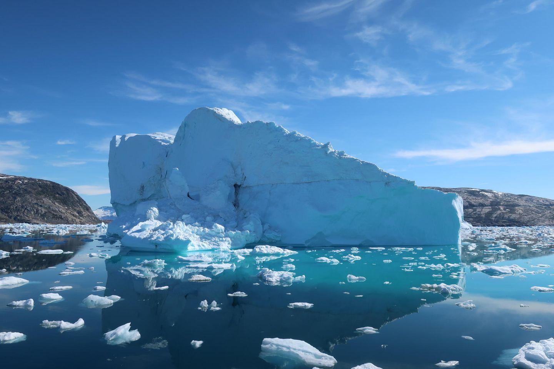 Sinnbild der Klimakrise: ein Eisberg am Sermikik Fjord in Grönland. Zwar wird der globale Meeresspiegel weiter ansteigen, doch neue Studien zeigen, dass der Schaden durch Einhaltung des Pariser Klimaabkommens begrenzt werden könnte