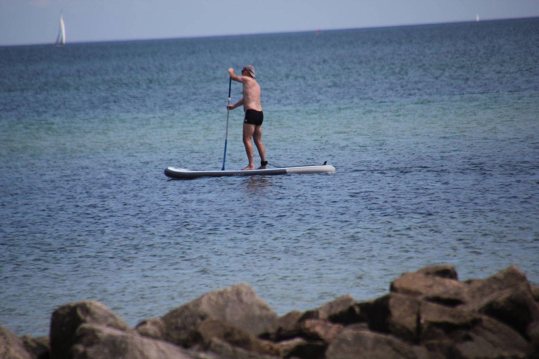 Mann am Strand von Grömitz