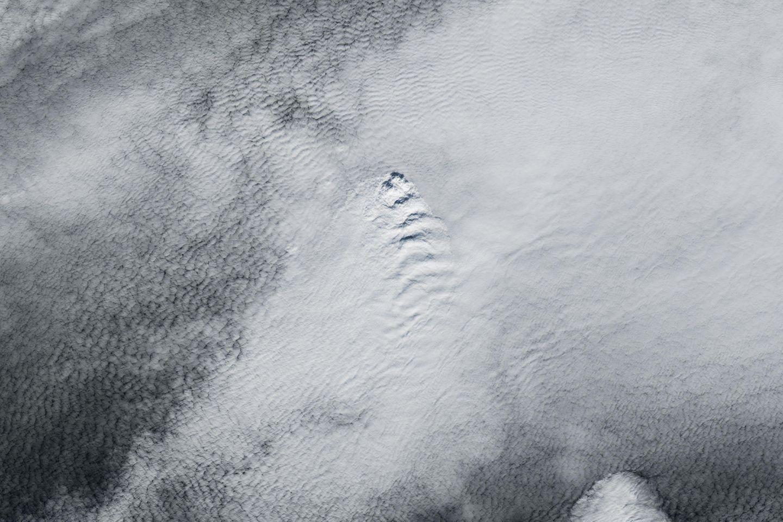 Beinahe perfekte Wellenformen bildeten die Wolken über Island Ende April. Das Naturschauspiel könnte seine Ursache im Ausbruch des Vulkans Fagradalsfjall haben, vermuten Forscher