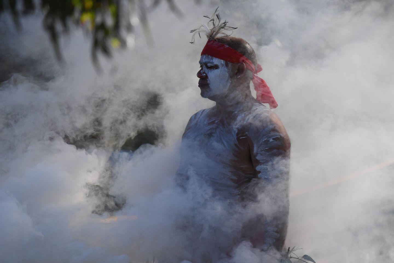 Aboriginie bei einer Rauchzeremonie am Australia Day