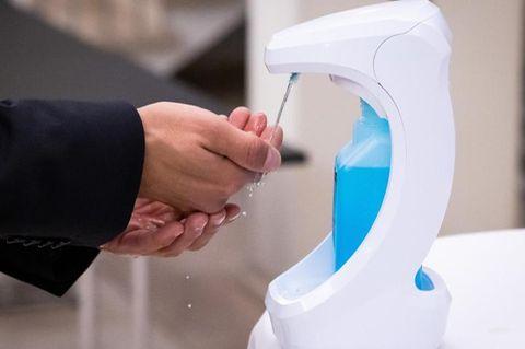 Hände werden desinfiziert