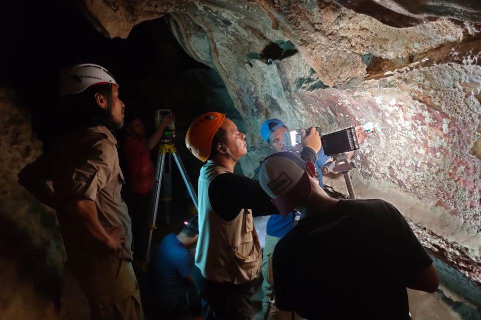 Mitarbeiter der Naturschutzbehörde führen Untersuchungen an Felszeichnungen in den Höhlen des Maros-Pangkep Karsts durch