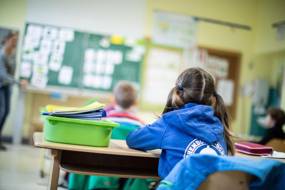 In den Schulen sitzen Schülerinnen und Schüler - wenn überhaupt - nur mit Abstand im Klassenraum. Wegen der Infektionsgefahr müssen viele Kinder von zuhause aus lernen