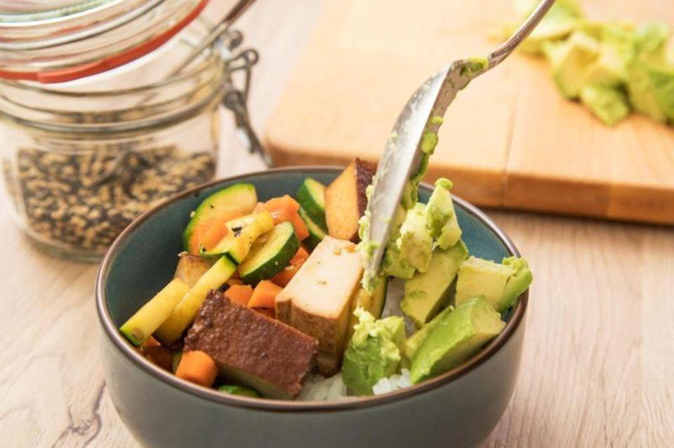 Gemüse-Bowl mit Tofu und Acodado