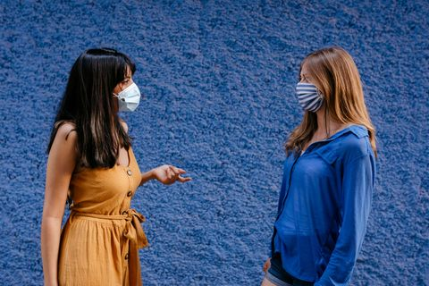 Frauen tragen Mund-Nasen-Maske