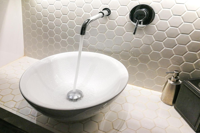 Waschbecken mit laufendem Wasser