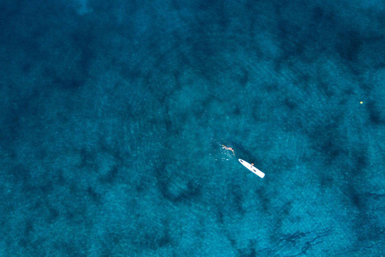 Kayak und Schwimmer im Meer
