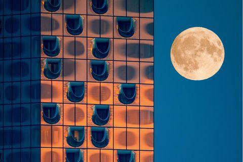 Supermond an der Elbphilharmonie Hamburg