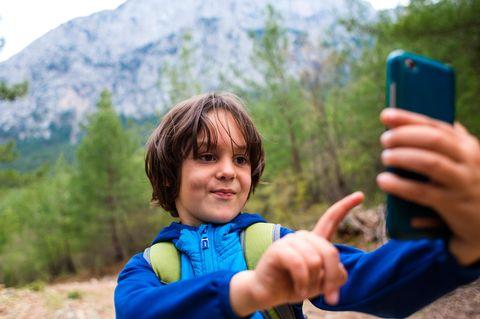 Ein Junge auf Tour durch die Berge