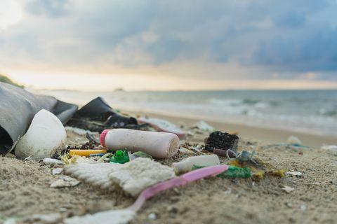 Kunststoffe wirken am Strand wie eine Isolierschicht. Das lässt Bodentemperatur steigen