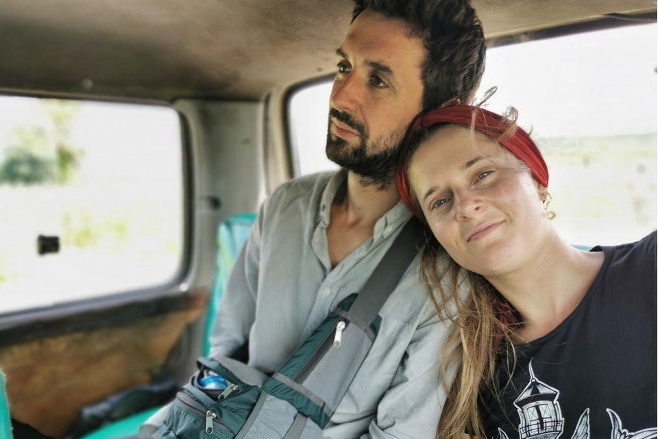 Raphael Thelen und Theresa Leisgang sitzen in einem Auto