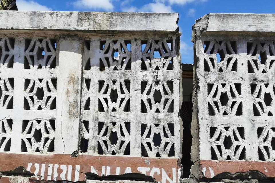 Zerstörte Mauer in Mosambik