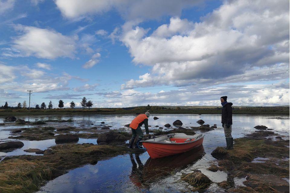 Auf ihrer Reise durch Schweden trafen Leisgang und Thelen Urpo Taskinen. Der Umweltschützer lebt an einem Fluss, in dem er Fisch fängt, viele weitere Lebensmittel holt er aus einem Container hinter einem nahgelegenen Supermarkt