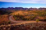 Kurvenreiche Straße im Bunyeroo-Tal im Flinders Ranges National Park