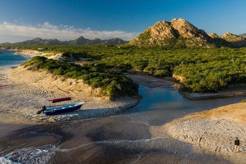 Das Boot am Strand von Cabo Pulmo bringt Tauchtouristen aufs Meer hinaus. Vor Jahren lagen hier, an der Südspitze der Halbinsel Baja California, noch Fischerboote im Sand