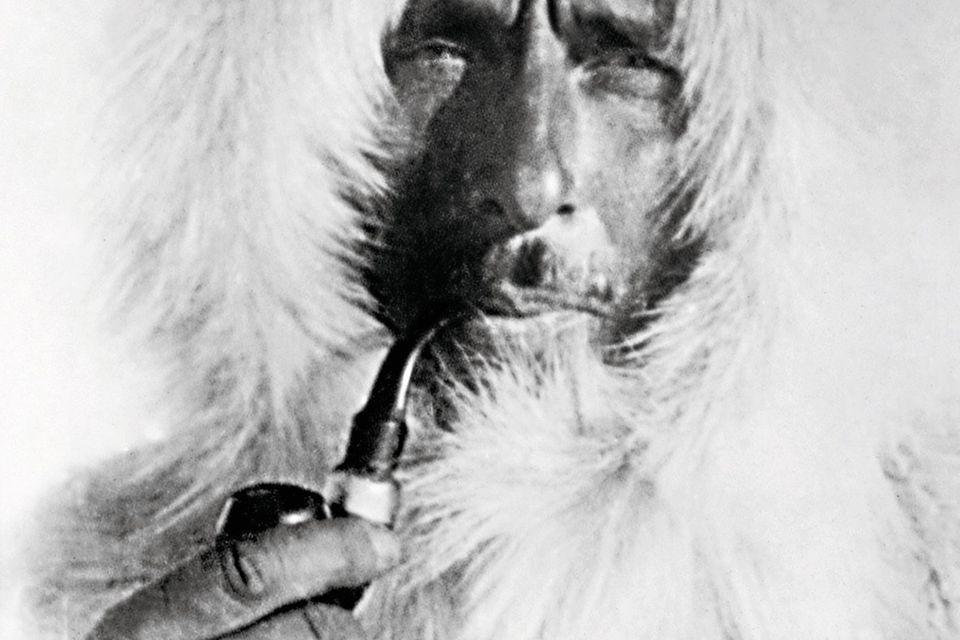 Mit Tabakpfeife zwischen den Lippen und in einen Pelzanorak mit Kapuze gegen die bittere Kälte geschützt, stellt sich der deutsche Polarforscher Alfred Wegener (1880-1930) auf einer Grönland-Expedition vor (undatiertes SW-Archivfoto). Vor 75 Jahren brac...