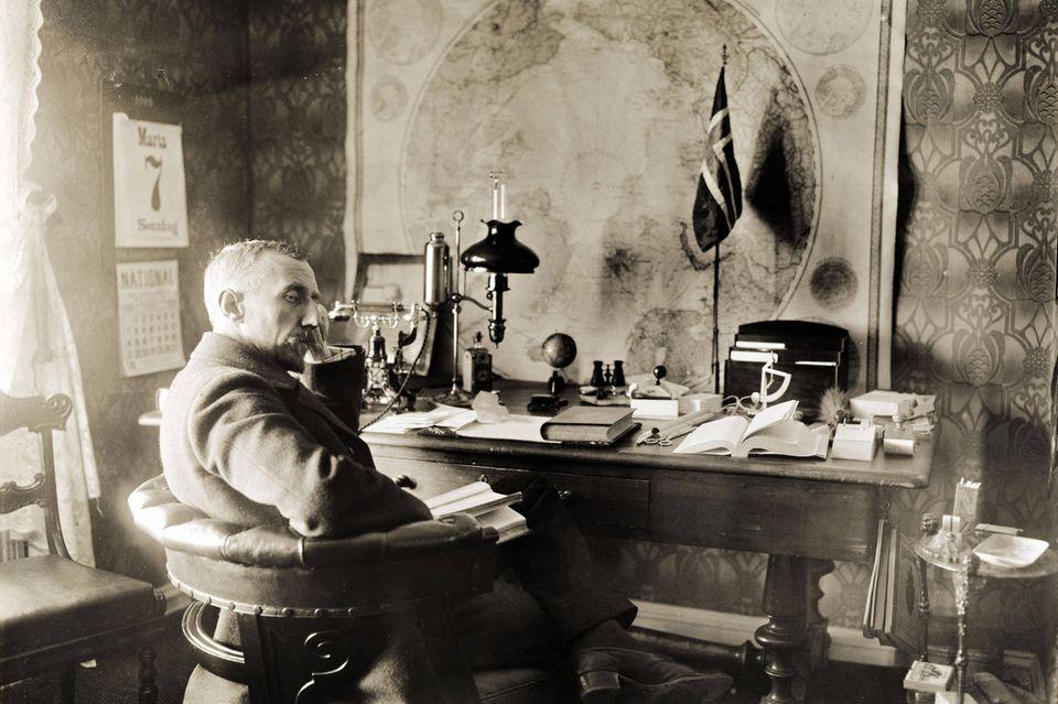 Fridtjof Nansen sitzt am Schreibtisch in seinem Büro