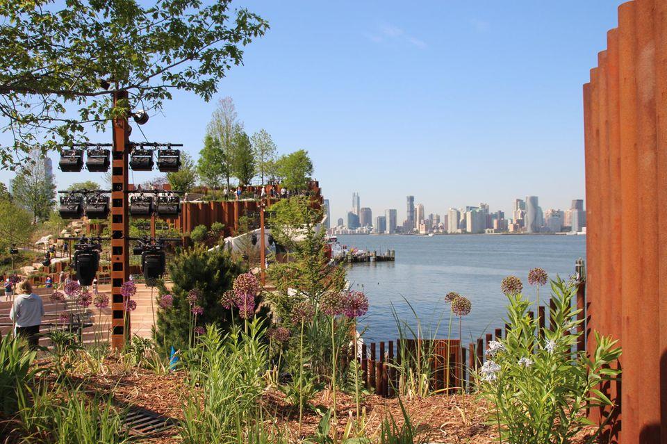 Neben Blumen, Bäumen, Wiesen und Ausblicken auf die Skyline Manhattans bietet die Anlage auch Platz für Veranstaltungen unter freiem Himmel