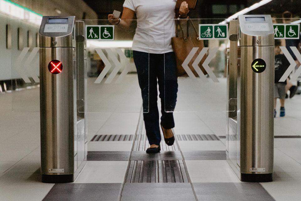 Frau durchläuft eine Schrank der Metro
