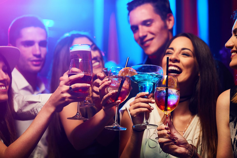 Junge Leute beim Feiern