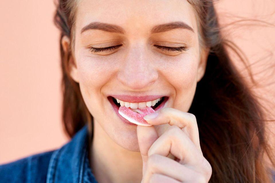 Süßemkönnen wir nur mit großer Willenskraft widerstehen. Denn der Geschmack weist auf Zucker hin – also auf schnell verfügbare Energie