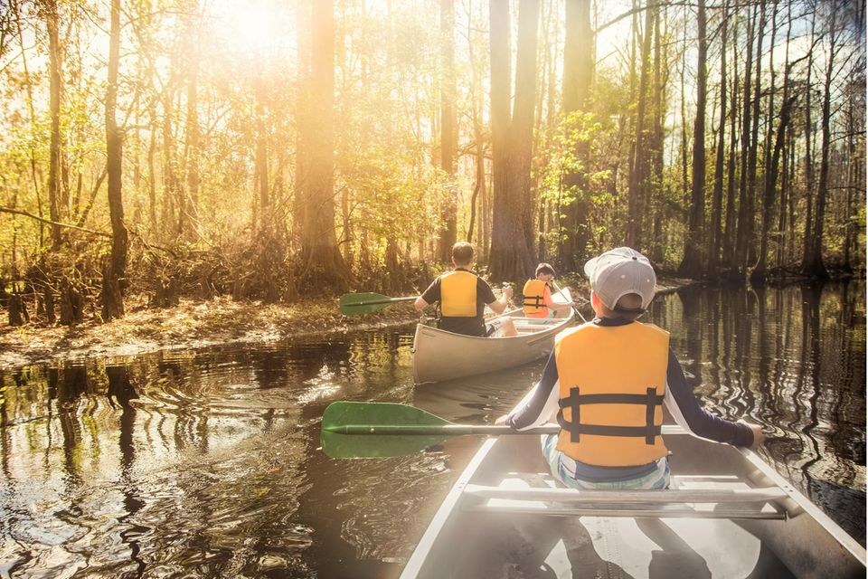 Familie in zwei Kanus auf einer Kanutour