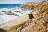 Frau wandert an der Küste