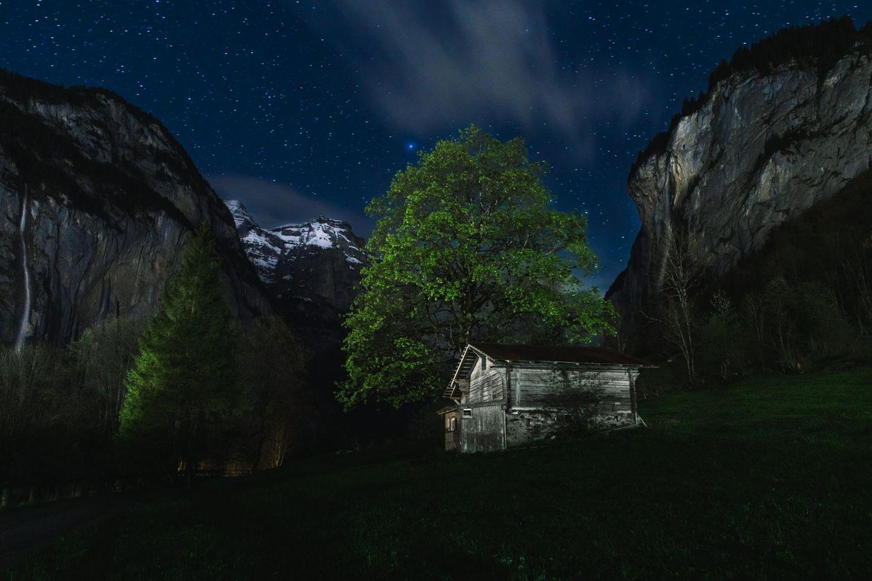 """27.05.2021      """"Lauterbrunnen ist weltbekannt für seine Wasserfälle. Auch hier habe ich es mir zur Aufgabe gemacht, eine etwas andere Ansicht eines weltbekannten Ortes zu fotografieren. So entstand dieses Foto bei Nacht.""""      Kamera:Sony Alpha 7 R III, Canon EF L 24-70 f/2.8  Mehr Fotos vonFrank Wiesen"""