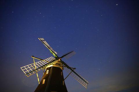 Der Sternenhimmel über der Nordermühle auf der Insel Pellworm