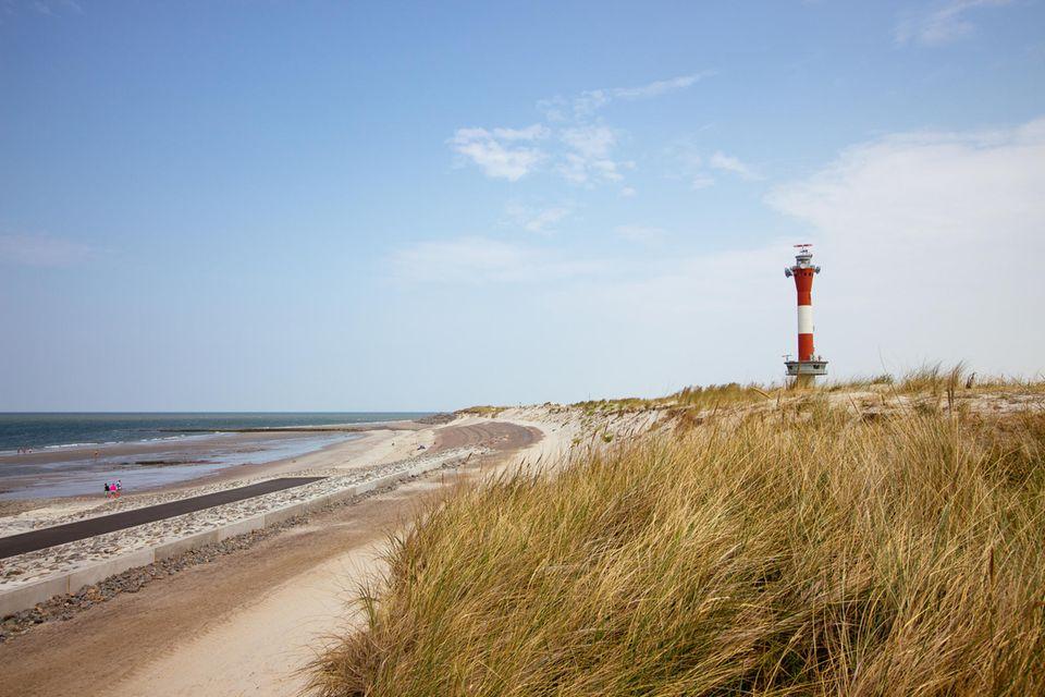 Strand von Wangerooge mit Leuchtturm