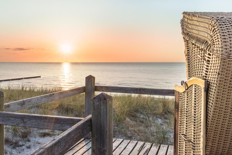 Strandkorb mit Blick aufs Meer