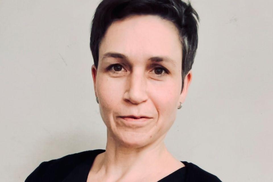 """Sucht alte Kriegsgräber gerne nach Moosen und Flechten ab: Geoökologin und Autorin Sigrid Tinz. Ihr Buch """"Der Friedhof lebt!"""" ist im Pala-Verlag erschienen"""