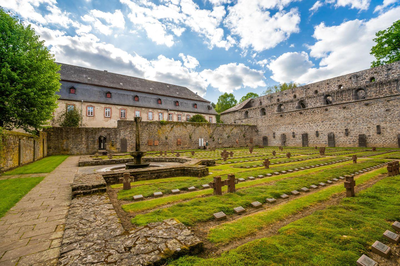 Blick auf den Kriegsopferfriedhof im Kloster Arnsburg