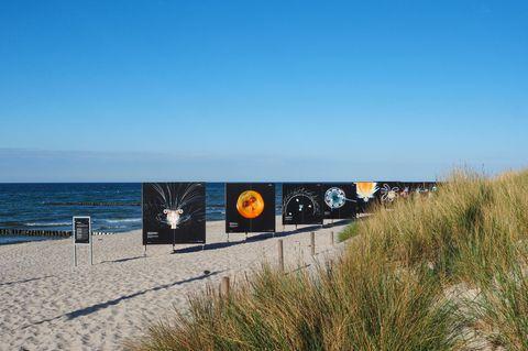 """Das 14. Umweltfotofestival """"Horizonte"""" beinhaltet 15 Indoor-, Open-Air- und digitale Ausstellungen, die im ganzen Ort Zingst verteilt sind. Die GEO-Ausstellung mit Bildern von Solvin Zankl wird direktam Strand gezeigt"""