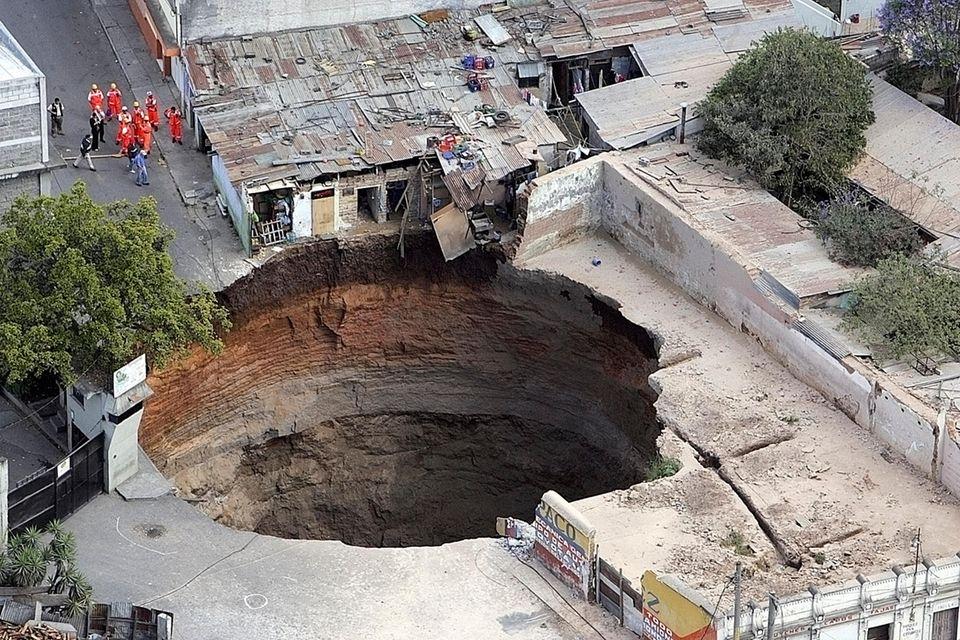 Im Februar 2007 bricht in Guatemala City die Erde ein, verschluckt mehrere Häuser. Drei Menschen sterben, zurück bleibt ein gigantischer Krater