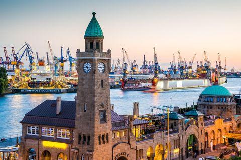 Blick auf die Landungsbrücken in Hamburg